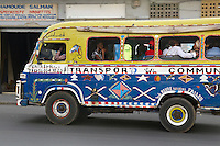 Senegal, Dakar. Transport en comun dans les rues de la ville. // Senegal. Dakar. Local bus in the city.