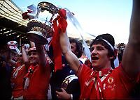 Fotball<br /> Manchester United historie<br /> Foto: Colorsport/Digitalsport<br /> NORWAY ONLY<br /> <br /> Bildene inngår ikke i nettavtalene<br /> <br /> Gordon Hill (Manchester United) and Stuart Pearson (left) with the FA Cup trophy.FA Cup Final 1977 Manchester United v Liverpool.@ Wembley.