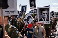 19.07.2015 Giby woj podlaskie Obchody 70. rocznicy Oblawy Augustowskiej - najwiekszej zbrodni w powojennej Polsce przy krzyzu w Gibach , ktory jest symbolicznym grobem ofiar . W lipcu 1945 roku Sowieci uprowadzili okolo 600 mieszkancow Augustowszczyzny , Sejnenszczyzny i Suwalszczyzny . Do tej pory nie wiadomo, gdzie znajduja sie ich groby . Sledztwo w tej sprawie trwa od 2001 roku . Akta licza juz ponad 70 tomow zas rozwiazaniem zagadki zajmuje sie zespol prokuratorow IPN , ktorzy przesluchali do tej pory ponad 700 swiadkow n/z przemarsz z portretami zamordowanych w oblawie ludzi fot Michal Kosc / AGENCJA WSCHOD