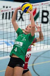 10-02-2013 VOLLEYBAL: USC MUENSTER - DRESDNER SC: MUENSTER<br /> Zuspiel Tess von Piekartz (#4 USC Muenster)<br /> ***NETHERLANDS ONLY***<br /> ©2012-FotoHoogendoorn.nl