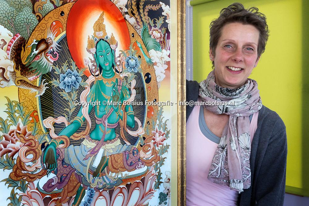Nederland,  Den Bosch, &Katren, Rubriek ,Vraag en Aanbod, Marianne Peijnenborg met haar schilderij van de Groene Tara.