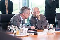 21 JUN 2017, BERLIN/GERMANY:<br /> Thomas de Maiziere (L), CDU, Bundesinnenminister, und Wolfgang Schaeuble (R), CDU, Bundesfinanzminister, im Gespraech, vor Beginn der Kabinettsitzung, Bundeskanzleramt<br /> IMAGE: 20170621-01-005<br /> KEYWORDS: Kabinett, Sitzung, Thomas de Maizière, Wolfgang Schäuble, Gespräch
