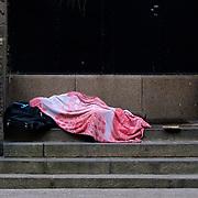 Nederland Rotterdam 22 november 2007 ..Dakloze man ligt te slapen op de trap aan de achterzijde van het oude postkantoor aan de Coolsingel ..Foto David Rozing