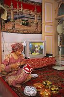 Chine. Province du Sinkiang (Xinjiang). Kashgar (Kashi). Bazar de la vieille ville. Population Ouigour. Couturiere. Femme fabricant un chapeau traditionnel. // China. Sinkiang Province (Xinjiang). Kashgar (Kashi). Old city bazar. Ouigour population. Tailor. Woman making hat.