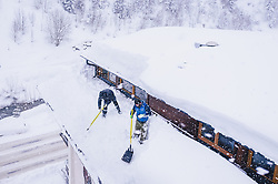 THEMENBILD - Männer schaufeln den Neuschnee von einem Dach, aufgenommen am 09. Jaenner 2019 in Saalbach, Oesterreich // Men are clear a roof from the snow, Saalbach, Austria on 2019/01/09. EXPA Pictures © 2019, PhotoCredit: EXPA/ JFK