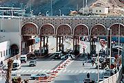 Spanje Ceuta 22-5-2001Grensovergang tussen Ceuta en Marokko.Sinds eind 1999 staat een dubbel hek met uitkijktorens om de enclave Ceuta in noord Marokko, teneinde de stroom illegalen en asielzoekers in te dammen. De Guardia Civil kan de grens nu makkelijker controleren. Sindsdien is het aantal binnenkomers sterk gedaald, en probeert men met rubber bootjes het Spaanse vasteland te bereiken.Foto: Flip Franssen