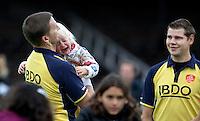 AMSTELVEEN - Scheidsrechter Bart de Liefde met zijn huilende dochtertje en rechts Maarten Boxma zondag na de hoofdklasse competitiewedstrijd hockey  tussen de mannen van Amsterdam en Schaerweijde (4-4). FOTO KOEN SUYK