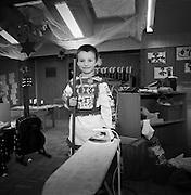 Früh übt sich: Junge mit Besen im Kindergarten. Apprendre tôt - petit graçon avec balais dans jardin d'enfant. Jaun, © Romano P. Riedo