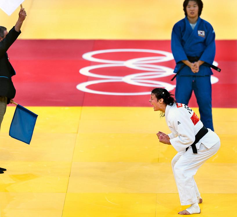 Engeland, Londen, 01-08-2012.<br /> Olympische Spelen.<br /> Judo, vrouwen.<br /> De witte vlag van de scheidsrechter gaat omhoog en met een schreeuw en gebalde vuisten ziet Edith Bosch na de Golden Score dat zij het brons wint na beslissing van de jury. <br /> Foto : Klaas Jan van der Weij