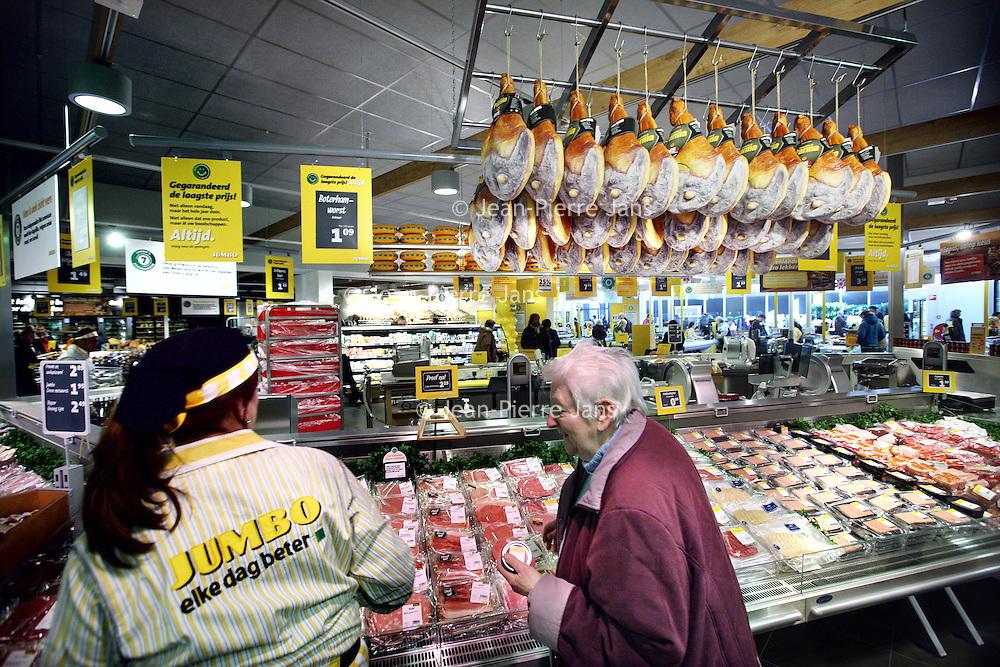 Nederland, Amsterdam , 13 maart 2013..Supermarktketen jumbo, het vroegere C1000 heeft na enkele weken een nieuwe filiaal op het Buikslotermeerplein geopend..Op de foto de vleesafdeling tijdens de openingsdag..Foto:Jean-Pierre Jans