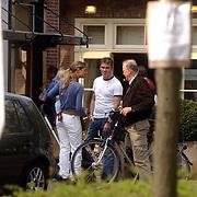 Jeroen van der Boom, partner Dany en kind Daan pratend met Henk van Dorp Laren