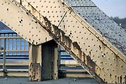 Nederland, Nijmegen, 4- 3-2019 Na een vertraging van bijna een jaar is aannemer KWS in opdracht van Rijkswaterstaat begonnen met het groot onderhoud aan de oude, iconische Waalbrug . De brug wordt de komene maanden grondig gerenoveerd en opgeknapt. Het onderhoud is hard nodig want op veel plaatsen zijn dikke plakken roest onder meer van opspattend strooizout gevormd . Het bleek dat de oude verf chroom6 bevat waardoor de renovatie is uitgesteld vanwege extra veiligheidsmaatregelen. De brug is gebouwd in 1936 en was toen de langste boorbrug van Europa . Eerst wordt de onderkant onder handen genomen, en later wordt de brug opnieuw geschilderd als ook duidelijk is hoe de oude verf het beste verwijdert kan worden .Foto: Flip Franssen