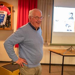 AWV de Zwaluwen jaarvergadering <br />Gerrit Pluimers (Enter) werd gehuldigd voor zijn 60 jarig lidmaatschap vanuit de gemeente kwam oud Zwaluw en nu wethouder Arjan Maathuis lang