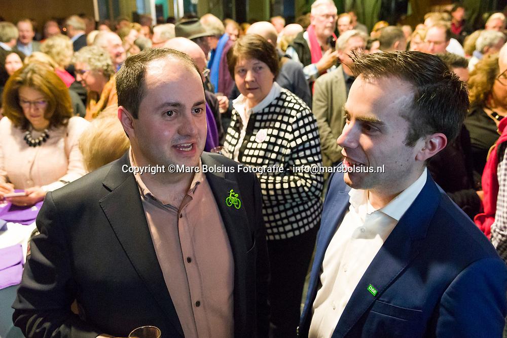 Den Bosch,Gemeenteraadsverkiezingen, links Ufuk Kaya van Groen Links in gesprek met Mike van der Geld van D66