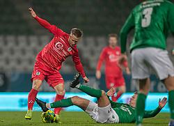 Jeppe Kjær (FC Helsingør) tackles af Frederik Brandhof (Viborg FF) under kampen i 1. Division mellem Viborg FF og FC Helsingør den 30. oktober 2020 på Energi Viborg Arena (Foto: Claus Birch).