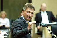 16 JUN 2006, BERLIN/GERMANY:<br /> Andreas Pinkwart (M), FDP, Minister fuer Wissenschaft und Forschung Nordrhein-Westfalen, haelöt eine Rede, waehrend einer Bundesratsdebatte, Plenum, Bundesrat<br /> IMAGE: 20060616-01-073<br /> KEYWORDS: speech