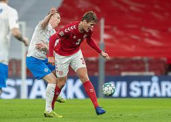 Jón Dadi Bödvarsson (Island) og Jannik Vestergaard (Danmark) under kampen i Nations League mellem Danmark og Island den 15. november 2020 i Parken, København (Foto: Claus Birch).