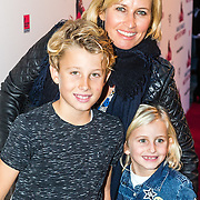 NLD/Rotterdam/20161016 - Premiere Van je Familie moet je het Hebben van Jandino Asporaat, Anouk Smulders met kinderen Max en Bo