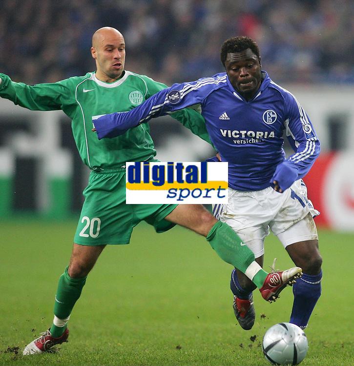 Fotball, 25. november 2004, UEFA-Cup FC Schalke 04 - Ferencvaros Budapest<br /> v.l. Denes ROSA, Gerald ASAMOAH Schalke
