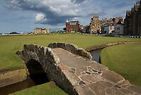 ST. ANDREWS -Schotland-GOLF. Clubhuis R&A (Royal and Ancient Golf Club of St. Andrews) aan  Old Course met de beroemde The Swilcan Bridge, or Swilcan Burn Bridge. COPYRIGHT KOEN SUYK