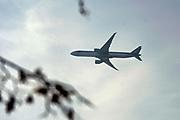Nederland, Voerendaal, 16-9-2020  Een vliegtuig van Qatar airways vliegt laag over richting vliegveld Maastricht Airport .Vanwege de coronacrisis wordt er maar weinig gevlogen met passagiersvliegtuigen en hebben veel luchtvaartmaatschappijen het financieel moeilijk .Foto: ANP/ Hollandse Hoogte/ Flip Franssen