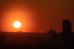 © Licensed to London News Pictures. 26/02/2019. London, UK. Sunset in London last night, following days of unseasonably warm weather in the capital. Temperatures on Tuesday 26 February reached 20.8C in Porthmadog, north-west Wales, which was the warmest winter day on record. Sadiq Khan, the Mayor of London, has announced a high alert for air pollution in the capital. Photo credit : Tom Nicholson/LNP