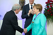 uUitreiking van de Four Freedoms Awards 2016 aan de Duitse bondskanselier Angela Merkel in de Nieuwe Kerk in Middelburg. De Four Freedom Awards is een prijs voor  de inzet van de vrijheid van meningsuiting, de vrijheid van godsdienst, de vrijwaring van gebrek en de vrijwaring van vrees.<br /> <br /> Presentation of the Four Freedoms Awards in 2016 to German Chancellor Angela Merkel in the Nieuwe Kerk in Middelburg. The Four Freedom Awards is a price for the use of freedom of expression, freedom of religion, freedom from want and freedom from fear.<br /> <br /> Op de foto / On the photo:  Premier Mark Rutte en Elliott Roosevelt reiken de Four Freedoms Awards 2016 uit aan de Duitse bondskanselier Angela Merkel.<br /> <br /> Prime Minister Mark Rutte and Elliott Roosevelt reach the Four Freedoms Awards 2016 from the German Chancellor Angela Merkel.