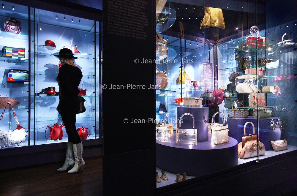 Nederland, Amsterdam , 24 december 2012..Tassenmuseum Hendrikje.Het grootste tassenmuseum ter wereld.De collectie toont 500 jaar geschiedenis van de tas; van een geitenleren buidel uit de 16de eeuw tot de tas van Madonna. Het museum is gevestigd in een prachtig grachtenpand, een oude burgemeesterswoning uit 1664, in hartje Amsterdam. ??Met een collectie van meer dan 4.000 tassen biedt Tassenmuseum Hendrikje een uniek overzicht van 500 jaar geschiedenis van de tas. U ziet buidels, dijzakken, aalmoezentassen, reticules, schooltassen, koffers, avondtasjes en hand- en schoudertassen van bekende modehuizen en ontwerpers, zoals Chanel, Louis Vuitton en Hermès. Door de eeuwen heen heeft de tas veel verschillende functies gehad. In het museum ontdekt u dat achter elke tas een verhaal zit, over veranderingen in de mode, de emancipatie van de vrouw en de ontdekking van nieuwe technieken en materialen..Interior of the  Museum of Bags and Purses in the center of Amsterdam.