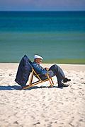 Jurata, 2008-06-20. Mężczyzna siedzący na leżaku, Jurata, Półwysep Helski