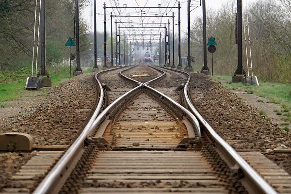 Nederland, Ravenstein, 13-4-2018Spoorrails. Spoor van Wijchen naar Ravenstein gaat via een brug over de Maas. Deze oude karakteristieke spoorbrug met drie bogen is slechts enkelspoor . Foto: Flip Franssen