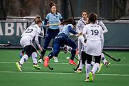 LAREN -  Hockey Hoofdklasse Dames: Laren v Pinoké, seizoen 2020-2021. Foto: Bente van der Veldt (Laren) stuit op verdediging Pinoké