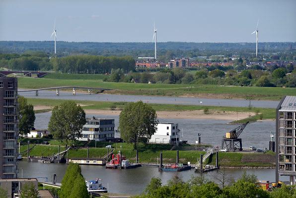 Nederland, Nijmegen: 1-5-2018 Uitzicht op het centum van Nijmegen richting Betuwe . Windmolens bij Oosterhout en Ressen, rivier de waal en de nevengeul, spiegelwaal zijn te zien . FOTO: FLIP FRANSSEN