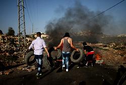17.07.2015, Nablus, PSE, Nahostkonflikt zwischen Israel und Palästina, im Bild Palästinenser bei Auschreitungen gegen Israelische Sicherheitskräfte // Palestinian protesters burn tires during clashes with Israeli security forces following a demonstration against the expropriation of Palestinian land by Israel in the village of Kfar Qaddum, near Nablus, in the occupied West Bank, Palestine on 2015/07/17. EXPA Pictures © 2015, PhotoCredit: EXPA/ APAimages/ Ahmad Talat<br /> <br /> *****ATTENTION - for AUT, GER, SUI, ITA, POL, CRO, SRB only*****