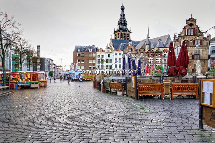 Nederland, Nijmegen, 16-11-2020 In de stad is het stil en leeg vanwege de verscherpte coronamaatregelen die de horeca op slot hebben gedaan . De Grote Markt , het historisch centrum . Ondanks de markt is het niet druk in de stad.Foto: ANP/ Hollandse Hoogte/ Flip Franssen
