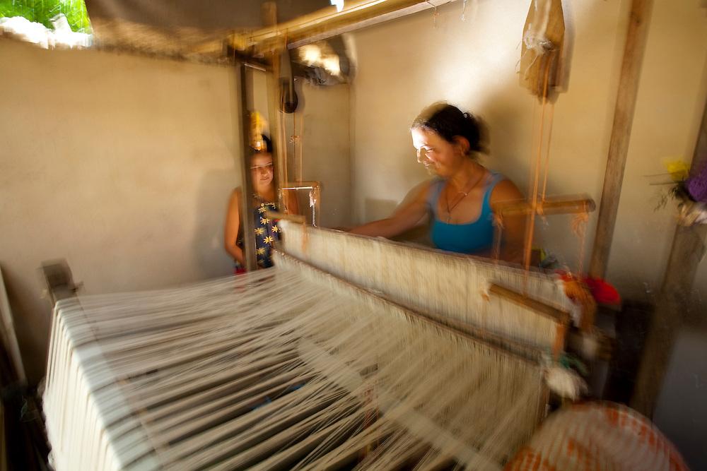 Pedra do Indaia_MG, Brasil...Mulher que trabalha em um tear manual para fazer colchas que serao vendidas em Divinopolis...Woman working with weaving her quilts will be sold  in Divinopolis...Foto: LEO DRUMOND / NITRO