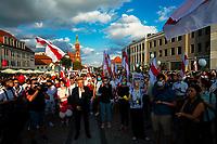 Bialystok, 20.08.2020. Marsz solidarnosci z Bialorusia przeszedl z centrum miasta pod siedzibe Konsulatu Generalnego Bialorusi. Organizatorami marszu byli BIalorusini pracujacy i uczacy sie w Bialymstoku, ktorych liczbe ocenia sie na ok 10 tys N/z w marszu uczestniczylo ponad 1000 osob, w centrum Tadeusz Truskolaski prezydent Bialegostoku fot Michal Kosc / AGENCJA WSCHOD