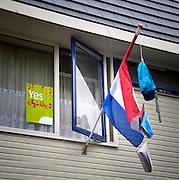 Nederland, Groesbeek, 20-6-2016Vlag met boekentas is uitgehangen om te vieren dat het eindexamen is gehaald. Deze week hebben scholieren van het voortgezet onderwijs de uitslag van hun eindexamen gekregen. Bij veel geslaagden gaat traditioneel de vlag uit, met de schooltas aan het einde van de stok. Foto: Flip Franssen