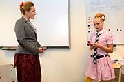 Perspresentatie  Kinderen voor Kinderen familiemusical 'Waanzinnig Gedroomd' op de Nicolaas Maesschool in Amsterdam.<br /> <br /> Op de foto:  De cast van de musical Waanzinnig Gedroomd treedt op in de klas van de Nicolaas Maesschool met Mylene Waalewijn en Michelle Courtens