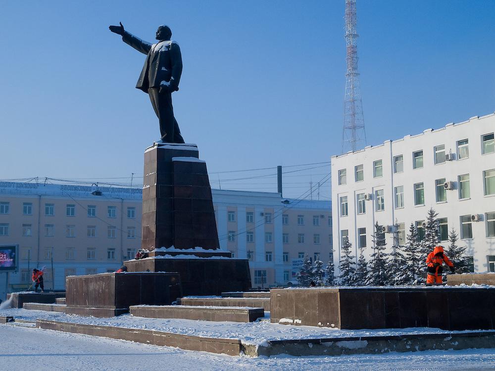 Reinigungskräfte beseitigen Schnee an der Lenin Skulptur auf dem Lenin Platz im Zentrum von Jakutsk. Jakutsk hat 236.000 Einwohner (2005) und ist Hauptstadt der Teilrepublik Sacha (auch Jakutien genannt) im Foederationskreis Russisch-Fernost und liegt am Fluss Lena. Jakutsk ist im Winter eine der kaeltesten Grossstaedte weltweit mit durchschnittlichen Winter Temperaturen von -40.9 Grad Celsius. Die Stadt ist nicht weit entfernt von Oimjakon, dem Kaeltepol der bewohnten Gebiete der Erde. Die Stadt ist nicht weit entfernt von Oimjakon, dem Kaeltepol der bewohnten Gebiete der Erde.<br /> <br /> People are cleaning snow around around the Lenin sculpture at Lenin square in Yakutsk. Yakutsk is a city in the Russian Far East, located about 4 degrees (450 km) below the Arctic Circle. It is the capital of the Sakha (Yakutia) Republic (formerly the Yakut Autonomous Soviet Socialist Republic), Russia and a major port on the Lena River. Yakutsk is one of the coldest cities on earth, with winter temperatures averaging -40.9 degrees Celsius.