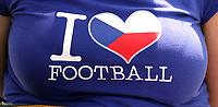 GEPA-1106086408 - GENF,SCHWEIZ,11.JUN.08 - FUSSBALL - UEFA Europameisterschaft, EURO 2008, Tschechien vs Portugal, CZE vs POR. Bild zeigt ein Feature mit einem Fan-Shirt. <br />Foto: GEPA pictures/ Christian Ort