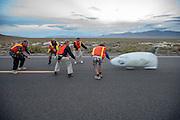 De Bluenose van de University of Toronto wordt gevangen op de vierde racedag van de WHPSC. In Battle Mountain (Nevada) wordt ieder jaar de World Human Powered Speed Challenge gehouden. Tijdens deze wedstrijd wordt geprobeerd zo hard mogelijk te fietsen op pure menskracht. Ze halen snelheden tot 133 km/h. De deelnemers bestaan zowel uit teams van universiteiten als uit hobbyisten. Met de gestroomlijnde fietsen willen ze laten zien wat mogelijk is met menskracht. De speciale ligfietsen kunnen gezien worden als de Formule 1 van het fietsen. De kennis die wordt opgedaan wordt ook gebruikt om duurzaam vervoer verder te ontwikkelen.<br /> <br /> The cathchers get the Bluenose of the University of Toronto at the fourth day of the WHPSC. In Battle Mountain (Nevada) each year the World Human Powered Speed Challenge is held. During this race they try to ride on pure manpower as hard as possible. Speeds up to 133 km/h are reached. The participants consist of both teams from universities and from hobbyists. With the sleek bikes they want to show what is possible with human power. The special recumbent bicycles can be seen as the Formula 1 of the bicycle. The knowledge gained is also used to develop sustainable transport.