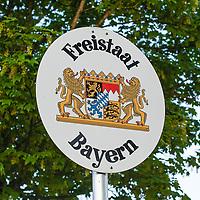 18.05.2020, Grenzübergang, Langen bei Bregenz, AUT, Coronavirus, Grenzkontrollen in Vorarlberg, am 17.05.2020 hat Vorarlberg wieder alle Grenzübergänge von Deutschland nach Österreich geöffnet. Alle technische Sperren wurden abgebaut. Teams bestehend aus Mitarbeitern des österreichischen Bundesheeres und der Polizei kontrollieren vor Ort.<br /> im Bild Schild Freistaat Bayern<br /> <br /> Foto © nordphoto / Hafner