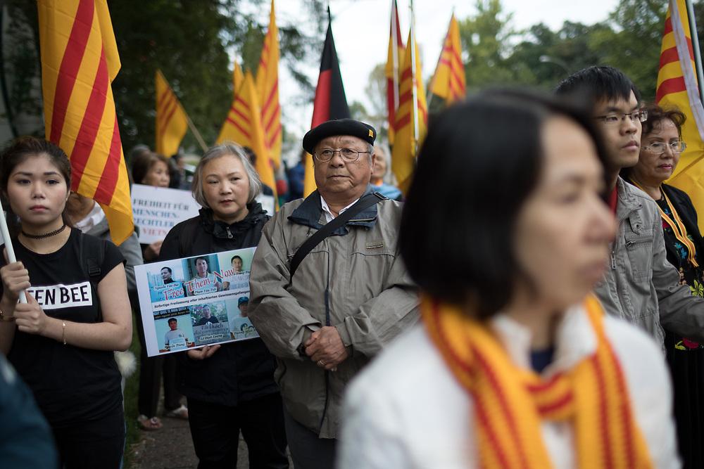 Ca. 80 Exil-Vietnamesen protestieren in Berlin auf einer Kundgebung des Bundesverband der vietnamesischen Flüchtlinge in der Bundesrepublik Deutschland e.V. vor dem Brandenburger Tor und danach vor der vietnamesischen Botschaft gegen die Missachtung der internationalen menschenrechtlichen Prinzipien seitens der kommunistischen vietnamesischen Regierung.Vor einer Woche wies die Bundesregierung einen vietnamesischen Diplomaten aus, da der Geheimdienst des Landes einen  <br /> vietnamesischen Asylbewerber aus Berlin entfürt und nach Vietnam gebracht haben soll. <br /> <br /> [© Christian Mang - Veroeffentlichung nur gg. Honorar (zzgl. MwSt.), Urhebervermerk und Beleg. Nur für redaktionelle Nutzung - Publication only with licence fee payment, copyright notice and voucher copy. For editorial use only - No model release. No property release. Kontakt: mail@christianmang.com.]