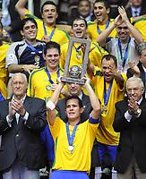 Fotball - Futsal<br /> Foto: imago/Digitalsport<br /> NORWAY ONLY<br /> <br /> 19.10.2008  <br /> Brasil ist Futsal Weltmeister 2008 - Vinicius (Mitte) präsentiert den Weltmeisterpokal, li. FIFA Ehrenpräsident Joao Havelange (Brasilien