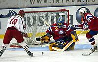 Ishockey, 10. novewmber 2002. Askerhallen, Norge - Russland 1-5. Atle Olsen, Norge og Jonas Norgren, Norge (midten). Til venstre Maksim Slysh, Russland.