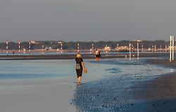 THEMENBILD - Spaziergänger am Strand in der Morgensonne, aufgenommen am 16. Juni 2018, Lignano Sabbiadoro, Österreich // Strollers on the beach in the morning sun on 2018/06/16, Lignano Sabbiadoro, Austria. EXPA Pictures © 2018, PhotoCredit: EXPA/ Stefanie Oberhauser