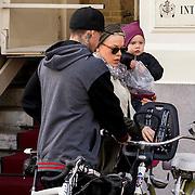 NLD/Amsterdam/20130418- Zangeres Pink, partner motorcrosser Carey Hart en kindje Willow gaan stukje fietsen in Amsterdam