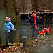 Julian de Mol speelt met vriendje op een zandhoop in de tuin