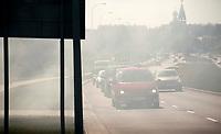 10.04.2012 Bialystok Wiosenne wypalanie traw przy Al Jana Pawla II o maly wlos nie zakonczylo sie duzym pozarem. Interwencja strazy pozarnej nie dopuscila do rozprzestrzenienia sie ognia na obszar zabudowany fot Michal Kosc / AGENCJA WSCHOD