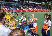 AMSTELVEEN - Brooke Peris (Austr.) met de mascottes    voor   de Pro League hockeywedstrijd dames, Nederland-Australie (3-1) COPYRIGHT  KOEN SUYK